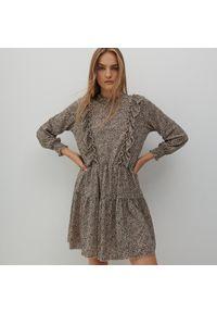 Reserved - Wzorzysta sukienka mini - Beżowy. Kolor: beżowy. Długość: mini