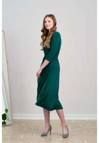 Marie Zélie - Sukienka Rita ciemnozielona mikromodal. Typ kołnierza: dekolt kopertowy. Kolor: zielony. Materiał: dzianina, skóra, włókno, elastan, wiskoza. Długość rękawa: krótki rękaw. Typ sukienki: proste, kopertowe
