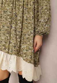 Renee - Zielona Sukienka Xylaene. Typ kołnierza: dekolt w kształcie V. Kolor: zielony. Materiał: koronka. Wzór: ażurowy, aplikacja. Styl: klasyczny. Długość: mini