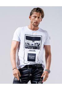 GUNS & TUXEDOS - Biały t-shirt z logo Clandestino 3. Kolor: biały. Materiał: jeans, bawełna. Wzór: napisy, aplikacja. Styl: elegancki