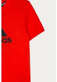 Czerwony t-shirt adidas Performance na co dzień, z nadrukiem, casualowy