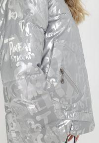 Born2be - Srebrna Kurtka Phelephise. Typ kołnierza: golf. Kolor: srebrny. Materiał: tkanina. Długość rękawa: długi rękaw. Długość: długie. Styl: klasyczny