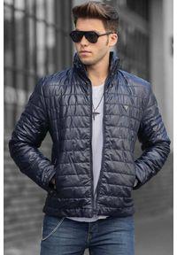 Niebieski płaszcz IVET klasyczny, w kolorowe wzory
