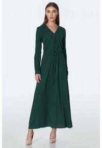 Nife - Długa sukienka szmizjerka w kolorze butelkowej zieleni. Okazja: na spotkanie biznesowe. Typ kołnierza: dekolt w serek. Kolor: zielony. Materiał: skóra. Typ sukienki: szmizjerki. Styl: biznesowy. Długość: maxi