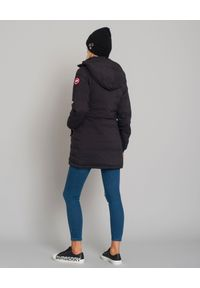 CANADA GOOSE - Czarna kurtka Camp Hooded. Okazja: na spacer, do pracy. Typ kołnierza: kaptur. Kolor: czarny. Materiał: materiał. Wzór: aplikacja. Styl: klasyczny