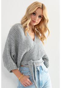 Fobya - Kopertowy Sweter z Wiązaniem w Pasie - Szary. Kolor: szary. Materiał: akryl, wełna, poliamid
