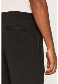 Czarne spodnie dresowe New Balance z aplikacjami