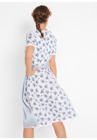 Sukienka w ludowym stylu z krótkimi rękawami bonprix biało-niebieski dżins w kwiaty. Kolor: biały. Długość rękawa: krótki rękaw. Wzór: kwiaty. Styl: elegancki
