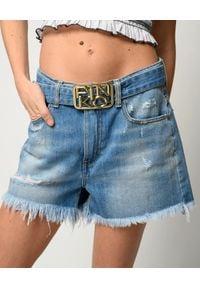 Pinko - PINKO - Jeansowe szorty z klamrą Brooklyn. Stan: podwyższony. Kolor: niebieski. Materiał: jeans. Sezon: wiosna, lato. Styl: glamour