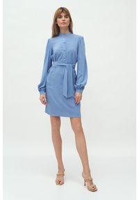 Nife - Sukienka z Koszulową Górą na Stójce - Niebieska. Typ kołnierza: kołnierzyk stójkowy. Kolor: niebieski. Materiał: wiskoza. Typ sukienki: koszulowe