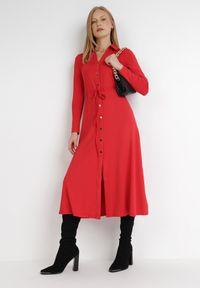 Born2be - Czerwona Sukienka Sofane. Kolor: czerwony. Długość rękawa: długi rękaw. Typ sukienki: koszulowe. Styl: klasyczny. Długość: midi