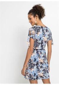 Sukienka shirtowa z efektem założenia kopertowego bonprix ciemnoniebieski w kwiaty. Kolor: niebieski. Wzór: kwiaty. Typ sukienki: kopertowe