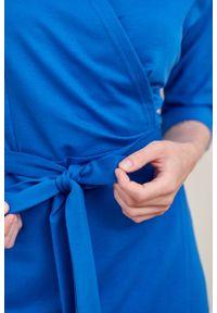 Marie Zélie - Sukienka Filomena głębia oceanu. Typ kołnierza: dekolt kopertowy. Kolekcja: moda ciążowa. Materiał: bawełna, dzianina, materiał, elastan, tkanina, skóra. Typ sukienki: proste, kopertowe. Styl: klasyczny, młodzieżowy