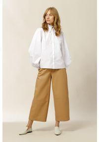 IVY & OAK - Bluzka bawełniana Bella. Okazja: na co dzień. Typ kołnierza: kołnierzyk stójkowy. Kolor: biały. Materiał: bawełna. Długość rękawa: długi rękaw. Długość: długie. Styl: casual