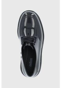 melissa - Melissa - Półbuty Shifter. Nosek buta: okrągły. Zapięcie: sznurówki. Kolor: czarny. Materiał: kauczuk, guma. Obcas: na obcasie. Wysokość obcasa: średni