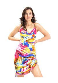 COSEL - Wzorzysta sukienka Cayman. Okazja: na imprezę. Kolor: różowy, wielokolorowy, fioletowy. Wzór: nadruk. Typ sukienki: proste. Materiał: tkanina, satyna, materiał. Długość rękawa: na ramiączkach. Sezon: lato. Styl: wakacyjny. Długość: midi