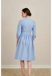 Marie Zélie - Sukienka Aglaia błękitna oxford. Typ kołnierza: kołnierzyk stójkowy. Kolor: niebieski. Materiał: bawełna, skóra, materiał. Sezon: lato