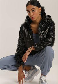 Renee - Czarna Kurtka Throsk. Typ kołnierza: kołnierzyk stójkowy. Kolor: czarny. Materiał: tkanina. Długość rękawa: długi rękaw. Długość: długie. Wzór: aplikacja