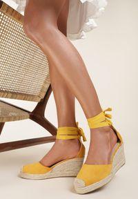 Renee - Żółte Espadryle Nisetheus. Wysokość cholewki: za kolano. Nosek buta: okrągły. Kolor: żółty. Wzór: kwiaty, aplikacja. Sezon: lato. Obcas: na koturnie