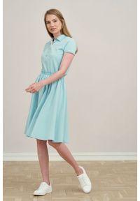 Marie Zélie - Sukienka Polo z gumką błękit laguny krótki rękaw. Okazja: do pracy, na co dzień. Typ kołnierza: polo. Materiał: bawełna, dzianina, materiał. Długość rękawa: krótki rękaw. Typ sukienki: proste, sportowe. Styl: wakacyjny, sportowy, klasyczny, casual