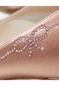 RENE CAOVILLA - Beżowe szpilki z kryształami Swarovskiego. Kolor: beżowy. Materiał: satyna. Wzór: aplikacja. Obcas: na szpilce. Styl: wizytowy #3