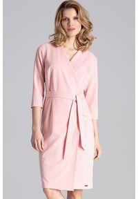 Figl - Elegancka sukienka z kopertowym dekoltem i wiązaniem różowa. Okazja: do pracy, na spotkanie biznesowe. Kolor: różowy. Typ sukienki: kopertowe. Styl: elegancki
