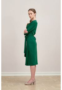 Marie Zélie - Sukienka Filomena ciemnozielona. Typ kołnierza: dekolt kopertowy. Kolekcja: moda ciążowa. Kolor: zielony. Materiał: bawełna, dzianina, materiał, elastan, tkanina, skóra. Typ sukienki: proste, kopertowe. Styl: klasyczny, młodzieżowy
