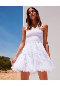 CHARO RUIZ IBIZA - Biała sukienka mini Stelle. Typ kołnierza: dekolt kwadratowy. Kolor: biały. Materiał: bawełna, koronka. Długość rękawa: na ramiączkach. Wzór: koronka, aplikacja. Typ sukienki: rozkloszowane. Długość: mini