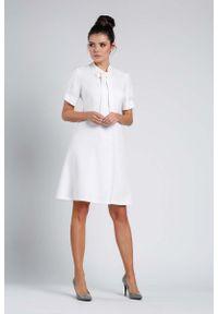 Nommo - Ecru Rozkloszowana Wizytowa Sukienka z Wiązaniem przy Dekolcie. Materiał: wiskoza, poliester. Styl: wizytowy