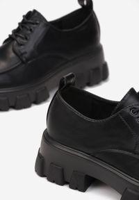 Renee - Czarne Półbuty Jenyros. Wysokość cholewki: przed kostkę. Nosek buta: okrągły. Kolor: czarny. Szerokość cholewki: normalna. Wzór: gładki, aplikacja. Obcas: na obcasie. Wysokość obcasa: średni