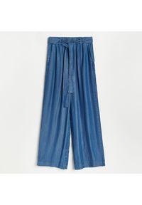 Reserved - Spodnie z Tencelu™ Lyocellu - Granatowy. Kolor: niebieski