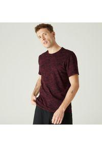 NYAMBA - Koszulka z krótkim rękawem męska Nyamba Gym & Pilates. Kolor: czerwony. Materiał: poliester, elastan, bawełna, materiał. Długość rękawa: krótki rękaw. Długość: krótkie. Sport: joga i pilates