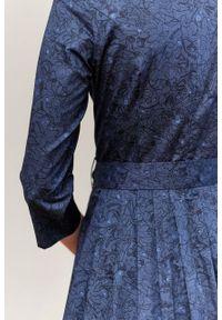 Marie Zélie - Sukienka Elina Idella granatowa. Kolor: niebieski. Materiał: bawełna, satyna, materiał. Długość rękawa: krótki rękaw. Typ sukienki: rozkloszowane. Styl: klasyczny