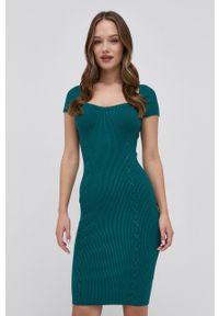 Guess - Sukienka. Typ kołnierza: kołnierzyk stójkowy. Kolor: zielony. Materiał: tkanina. Długość rękawa: raglanowy rękaw. Typ sukienki: rozkloszowane