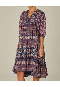 M.A.B.E - Kolorowa sukienka midi Carli. Kolor: niebieski. Materiał: tkanina, bawełna. Wzór: kolorowy. Długość: midi