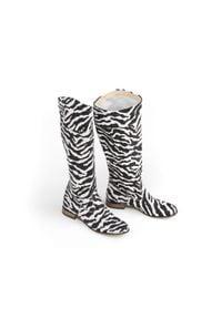 Zapato - wsuwane kozaki na niskim obcasie - skóra naturalna - model 125 - kolor zebra. Zapięcie: bez zapięcia. Materiał: skóra. Wzór: motyw zwierzęcy. Sezon: lato, jesień, wiosna. Obcas: na obcasie. Styl: klasyczny, boho, elegancki, militarny. Wysokość obcasa: niski