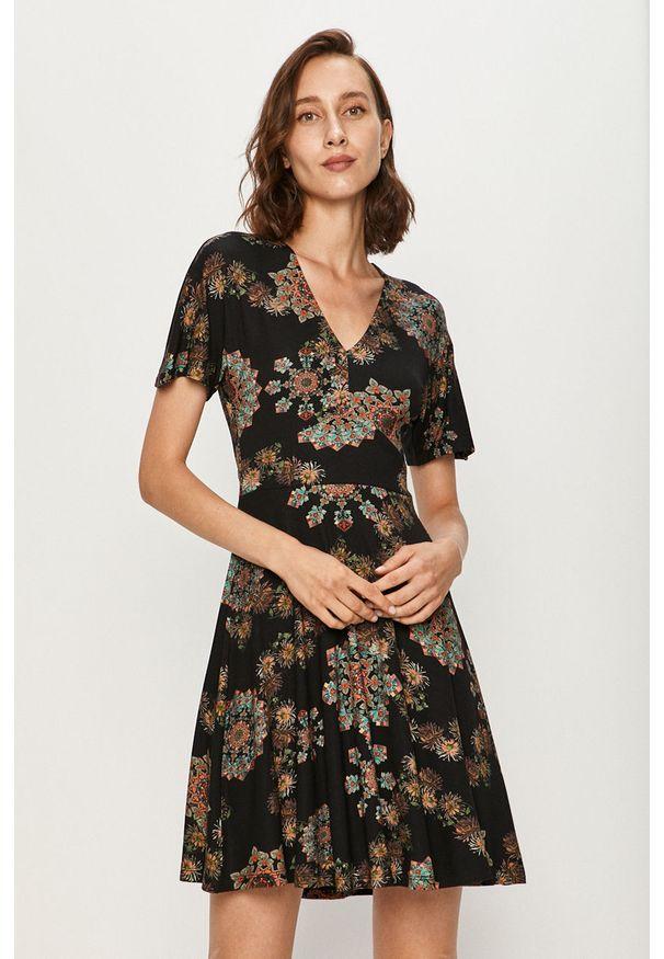 Czarna sukienka Desigual na co dzień, z krótkim rękawem, rozkloszowana, mini