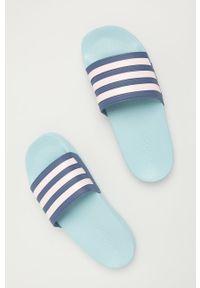 Niebieskie klapki Adidas na obcasie, na niskim obcasie