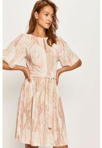Różowa sukienka MAX&Co. mini, z krótkim rękawem, plisowana, z okrągłym kołnierzem