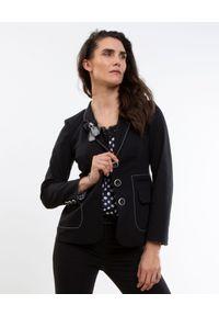CATERINA - Czarny żakiet o dłuższym kroju. Okazja: do pracy, na spotkanie biznesowe. Kolor: czarny. Materiał: tkanina. Długość: długie. Wzór: aplikacja, kratka. Styl: biznesowy, elegancki, sportowy