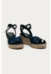 Niebieskie sandały TOMMY HILFIGER z okrągłym noskiem, na klamry