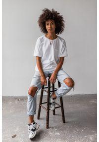 Marsala - T-shirt damski w kolorze białym z kieszonką SPLIT WHITE BY MARSALA. Kolor: biały. Materiał: jeans, elastan, bawełna. Długość rękawa: krótki rękaw. Długość: krótkie