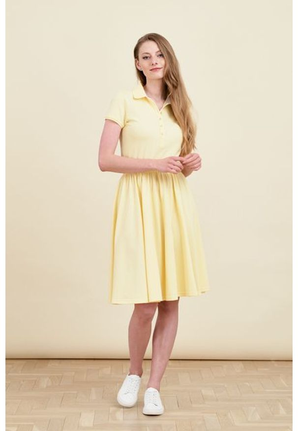 Marie Zélie - Sukienka Polo z gumką jasnożółta krótki rękaw. Okazja: na co dzień, do pracy. Typ kołnierza: polo. Kolor: żółty. Materiał: dzianina, materiał, bawełna. Długość rękawa: krótki rękaw. Typ sukienki: sportowe, proste. Styl: casual, wakacyjny, klasyczny, sportowy
