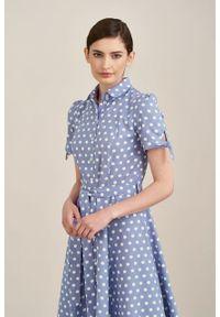Marie Zélie - Sukienka Ariana lniana błękitna w białe grochy. Kolor: biały, niebieski, wielokolorowy. Materiał: len. Długość rękawa: krótki rękaw. Wzór: grochy. Sezon: lato. Typ sukienki: trapezowe, szmizjerki