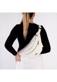 Biała torebka Arturo Vicci w kolorowe wzory, przez ramię, casualowa