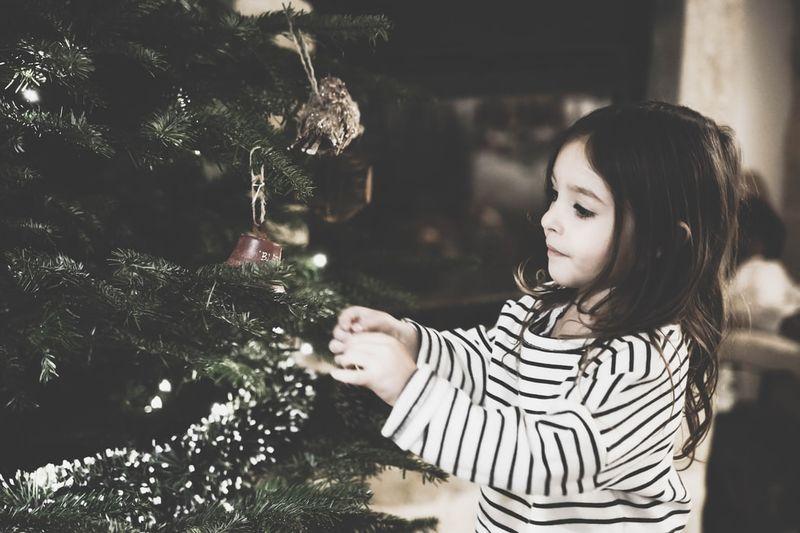 dziewczynka ubierająca choinkę.jpeg