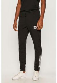 Czarne spodnie dresowe Adidas z nadrukiem