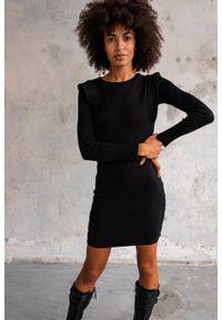 Marsala - Sukienka dopasowana z pagonami w kolorze CZARNYM - FLEXY BY MARSALA. Okazja: na randkę, na imprezę. Kolor: czarny. Materiał: prążkowany, dzianina, elastan, bawełna. Długość rękawa: długi rękaw. Typ sukienki: dopasowane, bodycon. Długość: mini