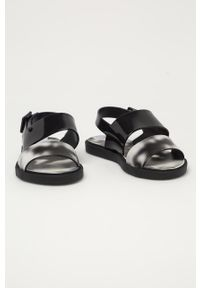 Czarne sandały zaxy bez obcasa, na klamry, z motywem zwierzęcym