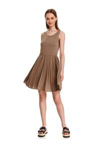 TOP SECRET - Sukienka z plisowanym dołem. Kolor: beżowy. Materiał: tkanina. Długość rękawa: na ramiączkach. Sezon: lato. Styl: wakacyjny. Długość: mini